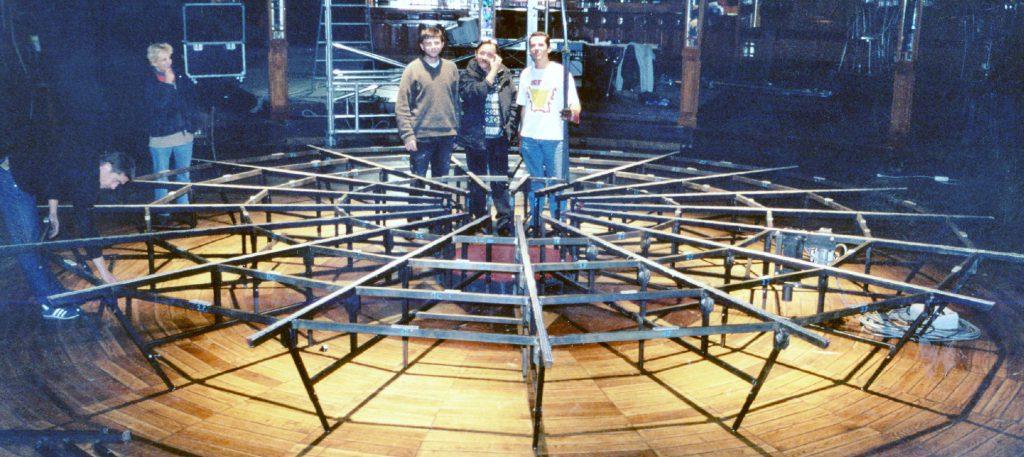 Premier chantier participatif, pour la réalisation d'un scène à l'Italienne pour le tour de chant de Jean Guidoni au cabaret sauvage, de la cité de la musique.